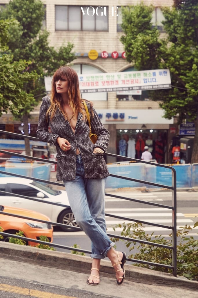 자연스러운 워싱의 데님 팬츠는 리바이스(Levi's), 트위드 재킷과 체인 목걸이, 스트랩 백과 슈즈는 샤넬(Chanel).