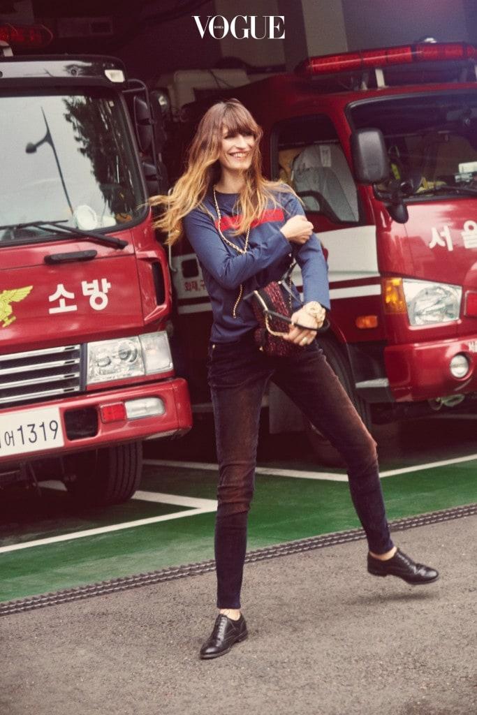 프린트 티셔츠와 타이트한 팬츠, 트위드 소재 백팩은 샤넬(Chanel).