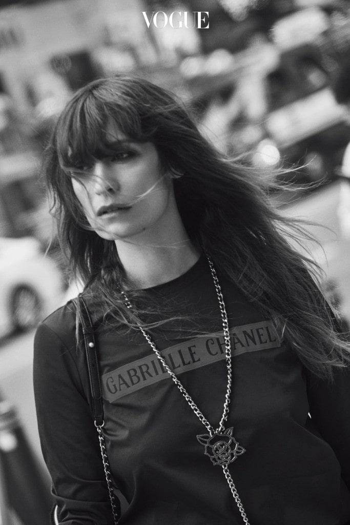 편안한 티셔츠와 체인 목걸이는 샤넬(Chanel).