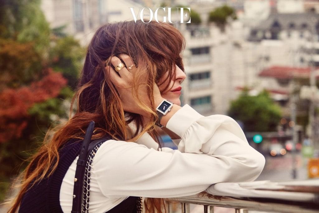 그녀가 애정하는 아이템인 볼드한 코코 크러쉬 반지와 브릴리언트 컷 다이아몬드 64개를 세팅한 마드모아젤 워치는 샤넬(Chanel).