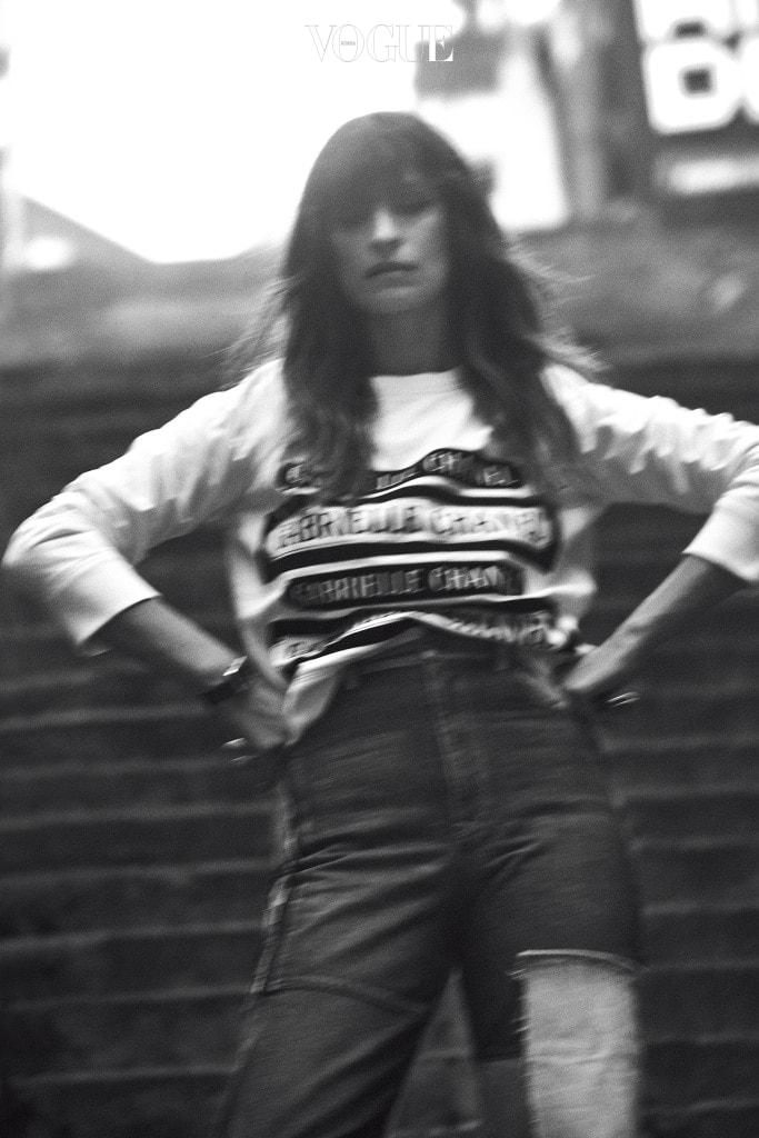 이태원의 좁은 계단 앞에 선 캐롤린 드 메그레. 평소 착용하던 빈티지 리바이스 팬츠에 편안한 티셔츠를 매치했다. 시계와 티셔츠는 샤넬(Chanel).