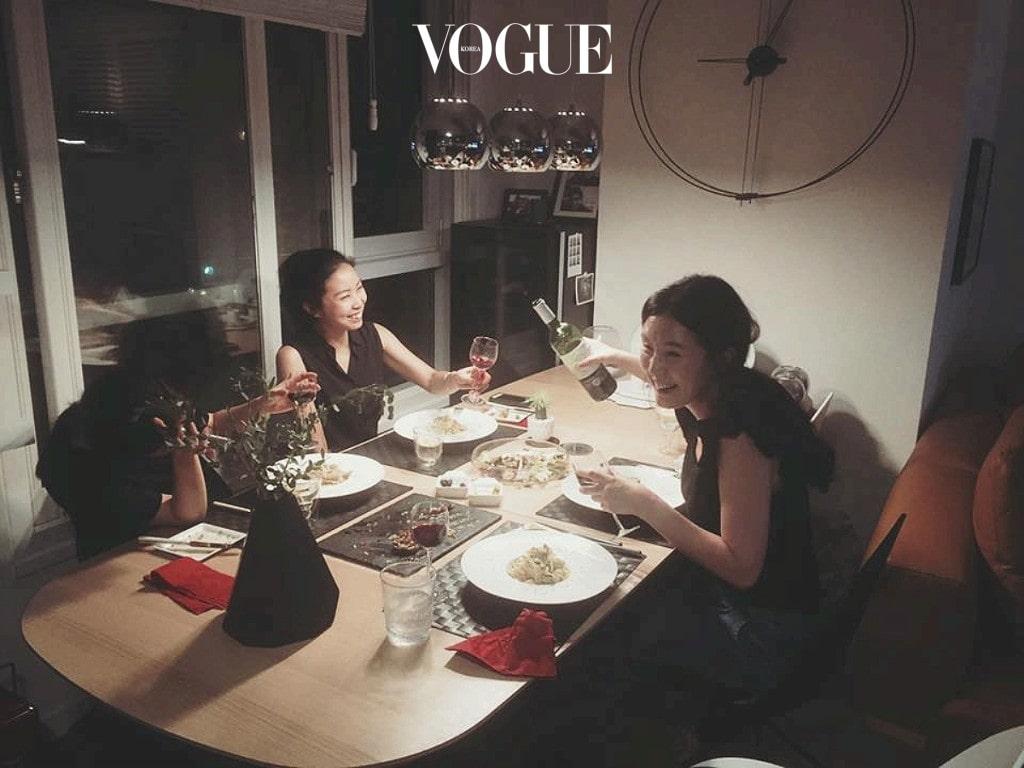 오늘 저녁에도 나의 아내와 그녀의 친구들은 바르셀로나 시계가 걸린 식탁에서 즐거운 파티를 한다.