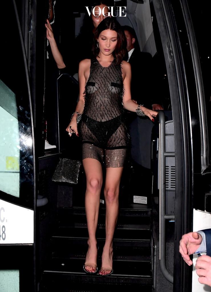 """""""도대체 이럴거면 옷은 왜 입는거지?"""" 생각이 들 정도로 파격적인 쉬어룩 패션을 선보인 벨라 하디드. 속옷대신 검정 스티커를 붙여, 과감하고 섹시한 느낌을 강조했어요."""