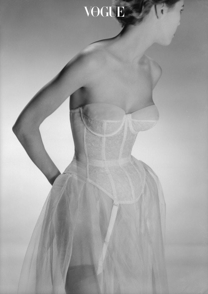 여성의 몸매를 날씬하게 만들거나 체형을 보정하기 위한 옷으로 가슴에서 엉덩이 위까지를 꼭  조이기 위해 옆주름살을 안내는 대신 고래뼈나 철사를 넣어 만든 것을 말한다.