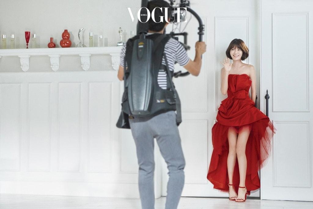 드레스는 이경임 클래식(Ikyclassic), 샌들은 스튜어트 와이츠먼(Stuart Weitzman).