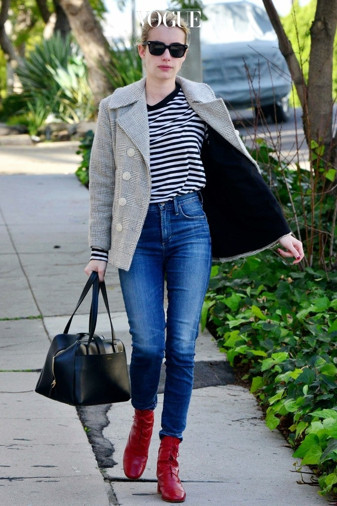 줄무늬 티셔츠, 스키니진, 체크 패턴 피코트의 프레피 룩에 빨간 레이스업 앵클 부츠를 매치해 반전 매력을 연출, 엠마 로버츠 Emma Roberts