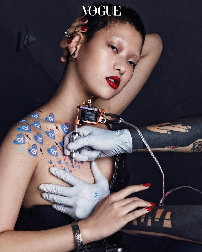 왼손의 볼드한 반지와 오른손의 실버 팔찌는 구찌(Gucci), 로고 클립 귀고리는 생로랑(Saint Laurent), 가죽 톱은 알릭스(Alyx at Boon The Shop).