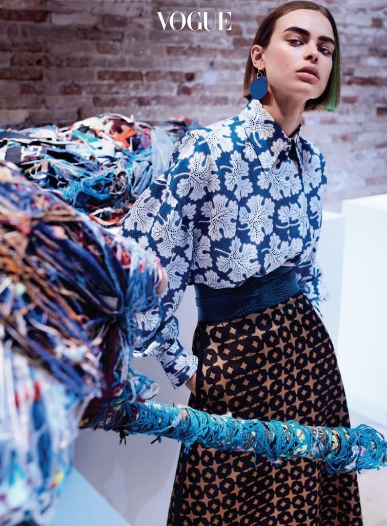FINE PRINTS 포도 덩굴 모티브가 들어간 실크 프린트 셔츠는 주디스 스캇(Judith Scott)의 복잡한 작품과 잘 어우러진다. 셔츠와 스커트는 펜디(Fendi), 파란색 원형 귀고리는 다이앤 본 퍼스텐버그(Diane Von Furstenberg).