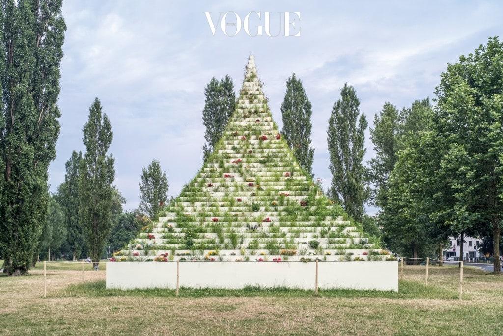 아그네스 딘(Agnes Denes)의 'The Living Pyramid'(2015)