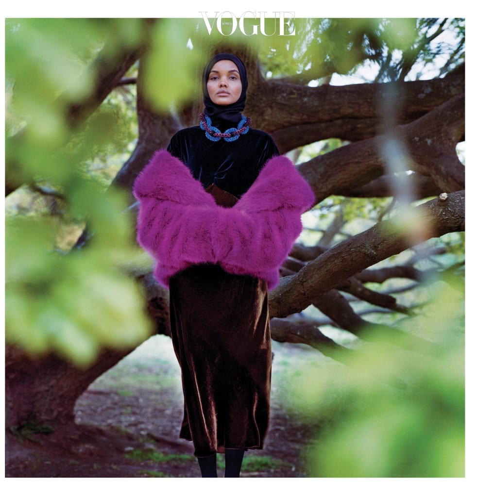 19세 모델 할리마 아덴이 입은 벨벳 드레스, 자줏빛 모피 스톨, 체인 모양 목걸이는 드리스 반 노튼(Dries Van Noten).