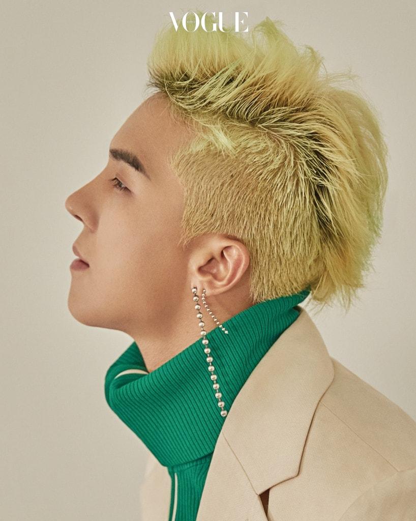 송민호가 입은 재킷은 김서룡(Kimseoryong), 초록색 집업 재킷은 발렌티노(Valentino at Boon The Shop).