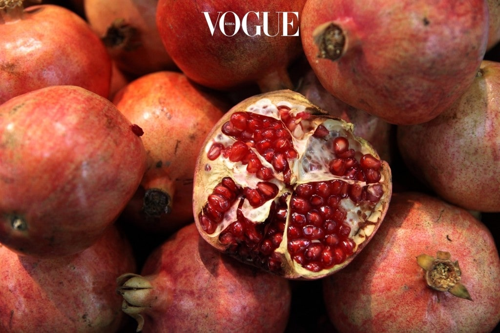 석류 '갱년기'라는 단어를 들었을 때 가장 먼저 떠오르는 과일. 비타민 C와 에스트로겐이 과량 함유되어있어 피부미용과 피로회복에 특히 좋음. 씨앗까지 함께 먹어야 더욱 큰 효과를 볼 수  있으니 참고할 것.