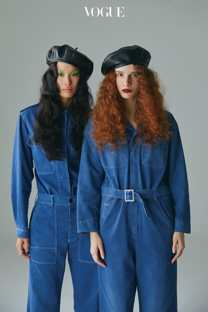 CANADIAN TUXEDO 왼쪽 모델의 데님 셔츠와 베레모는 디올(Dior). 오른쪽 모델의 점프수트는 디올, 베레모는 프라다(Prada).