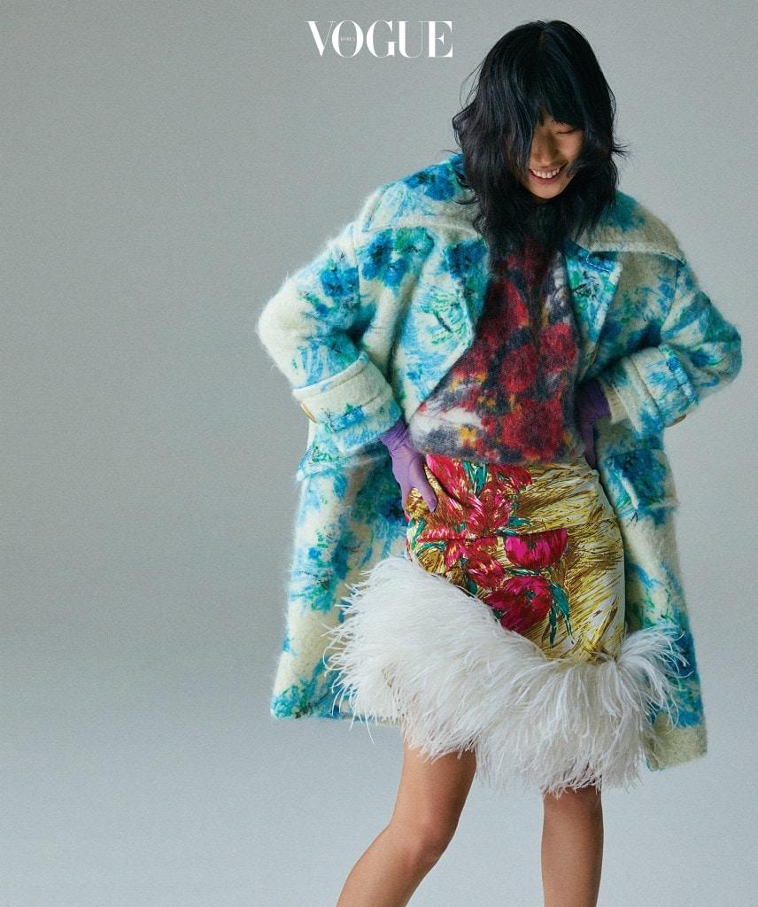 FEATHERLIGHT 꽃무늬 코트와 스웨터, 헴라인에 타조 깃털을 장식한 실크 스커트는 프라다(Prada).