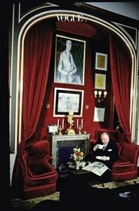 웅장한 이번 전시를 준비하는 모습을 포착했다. 디올의 아카이브는 물론 전세계 미술관에서 예술 작품과 자료를 빌려왔다. 아래는 지난 70년간 이어진 디올의 꿈을 시작한 주인공 무슈 디올
