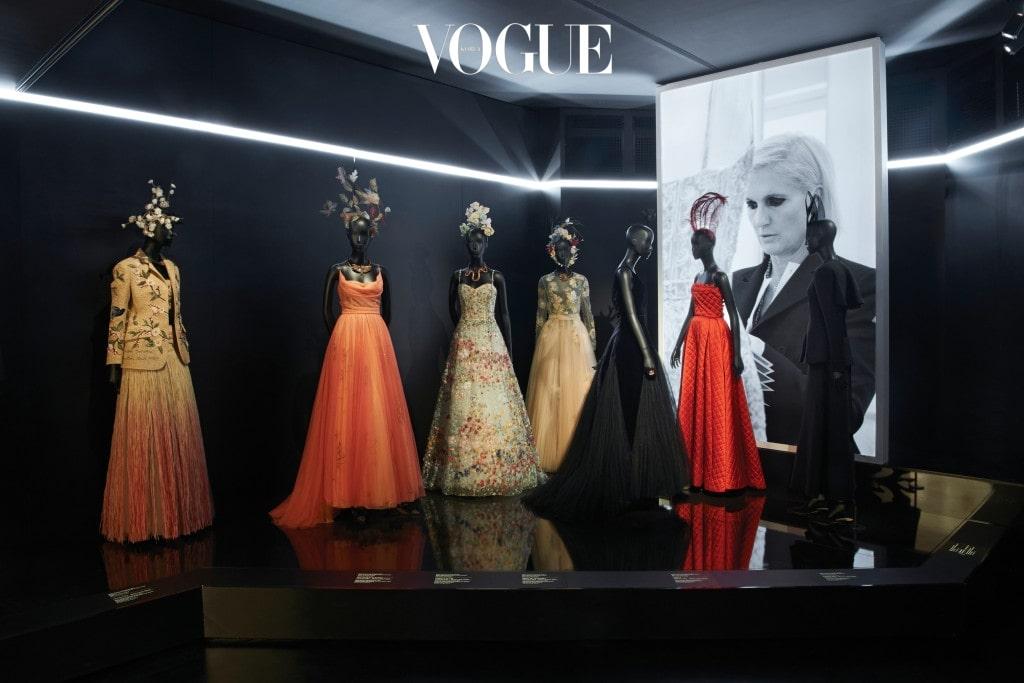 장식미술관 개관 이후 가장 커다란 규모의 전시는 그 규모와 방대함에서 관람객을 놀라게 한다. 아틀리에 장인들의 광목 샘플은 물론 디올을 대표하는 바 수트, 다이애나 비가 입은 드레스, 최근의 꾸뛰르 컬렉션 드레스까지 모두 한자리에서 만날 수 있다.