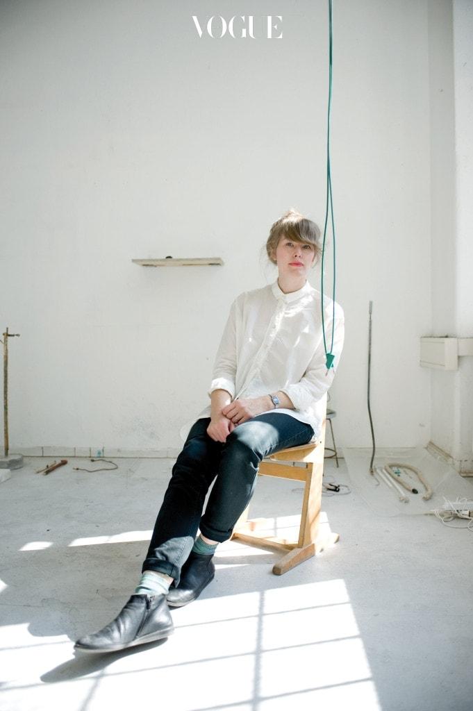 와이어리스 세계의 기반이 되는 매설 케이블을 조각의 형태로 만들어 비가시적, 비물질적 세계를 은유하는 니나 카넬.