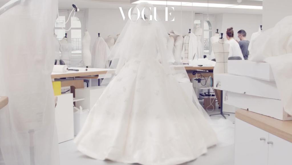 치우리의 스케치를 바탕으로 파리 몽테뉴가 30번지 디올 꾸뛰르 아틀리에에서 탄생한 아름다운 드레스!