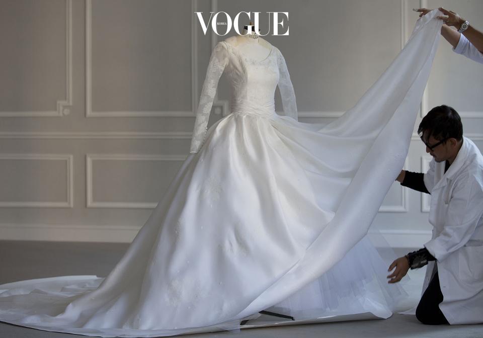 드레스 제작에만 무려 5달이 걸렸고, 100피트가 넘는 실크 오간자가 사용되었다고 하네요.