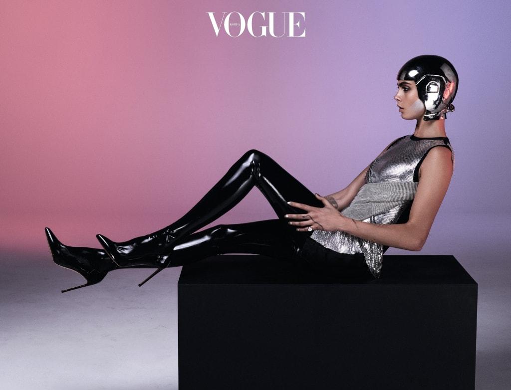 메탈 소재 슬리브리스 톱은 베르사체(Versace), 스타킹은 아츠코 쿠도(Atsuko Kudo), 슈즈는 프란체스코 루소(Francesco Russo), 헬멧은 티에리 뮈글러 아카이브(Thierry Mugler Archive).