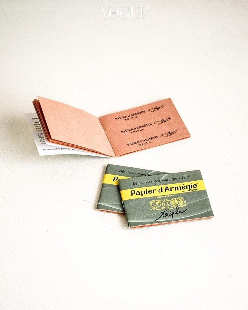 파피에르 다르메니 (Papier d'armenie). 무거운 향초와 금세 향이 달아나는 디퓨저를 대신한 종이 타입의 인센스 제품. 불을 살짝 붙여 태워사용하는 제품으로 은은한 향이 일