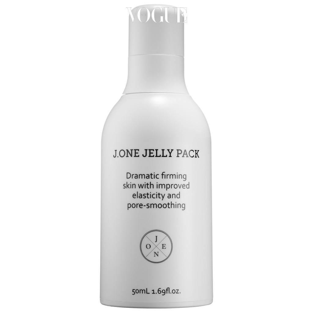 제이원(J.ONE)의 '젤리팩(Jelly Pack)' 프라이머, 로션, 마스크가 하나로 합쳐진 특이한 타입의 제품. 베이스 메이크업을 하기 전에 살짝 두드려 바르면 오일을 바른 듯 메이크업 하기 좋은 피부가 완성됩니다.