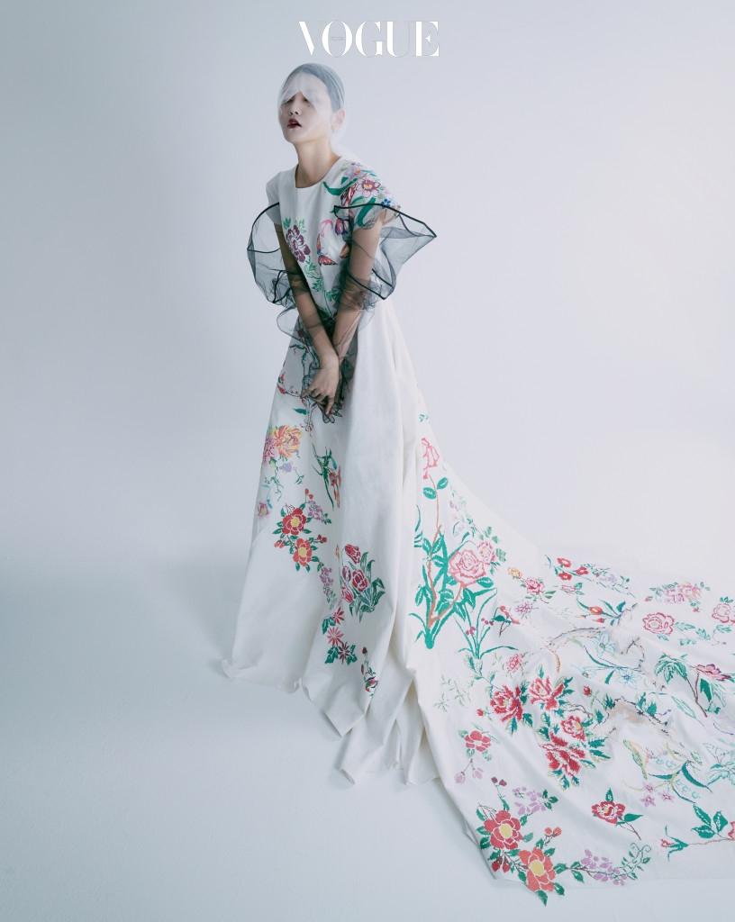 문광자가 수년에 걸쳐 모은 십자수 작품을 일일이 오려서 패치워크한 무명 드레스.