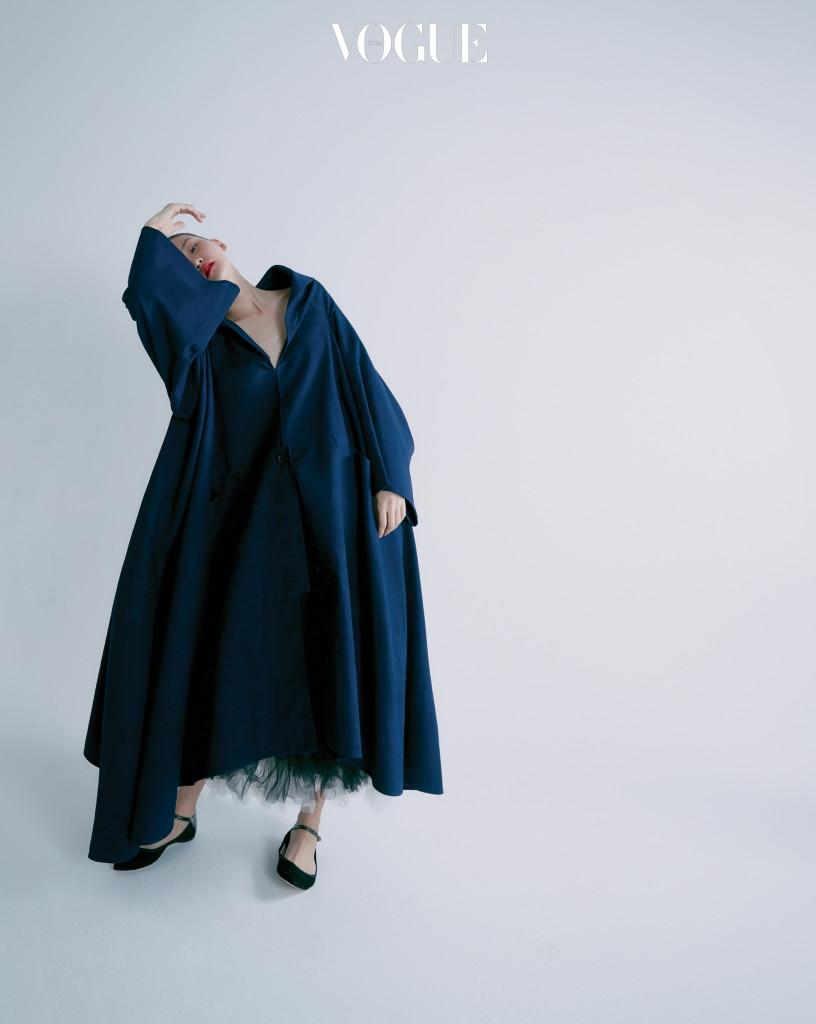 쪽빛으로 염색한 무명 코트. 드맹의 상징적인 의상 중 하나다. 안에 입은 튤 스커트와 플랫한 메리 제인 슈즈는 레페토(Repetto).