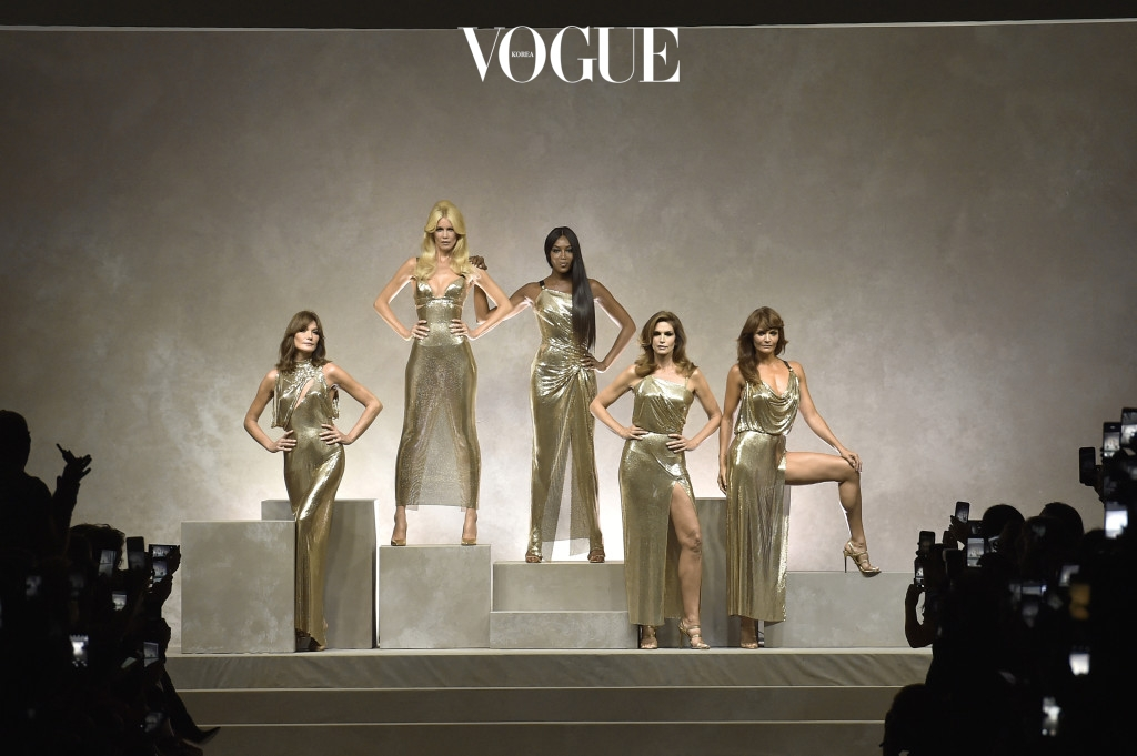 MILAN, ITALY - SEPTEMBER 22:  Supermodels (left to right) Carla Bruni, Claudia Schiffer, Naomi Campbell, Cindy Crawford and Helena Christensen line up for the runway finale at the Versace Spring Summer 2018 fashion show during Milan Fashion Week on September 22, 2017 in Milan, Italy.  (Photo by Catwalking/Getty Images)