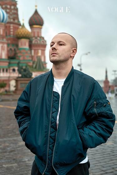 러시아 크렘린궁 앞에서 셀프 포트레이트를 찍은 고샤 루브친스키.