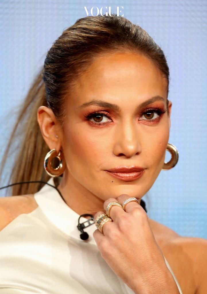또한, 눈을 제외한 나머지 부위에는 색을 아예 사용하지 않거나 아이섀도의 컬러를 활용해 볼과 입술까지 이어지게 하면 어색하지 않은 분위기를 완성할 수 있죠. Jennifer Lopez 제니퍼 로페즈