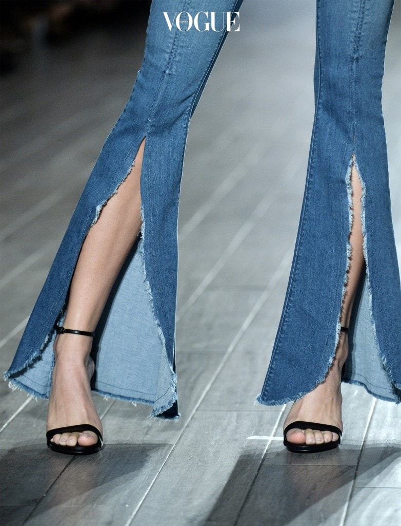 이런 과감한 슬릿 디자인이나 장식적인 스타일은 스트리트 패션을 넘어 하이패션까지도 넘보고 있죠.