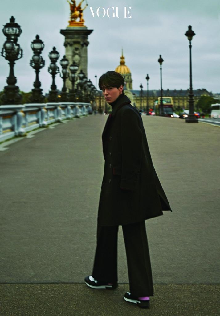 블랙 울 터틀넥 톱과 레드 라이닝의 코트, 컬러 블록 스니커즈는 지방시(Givenchy).