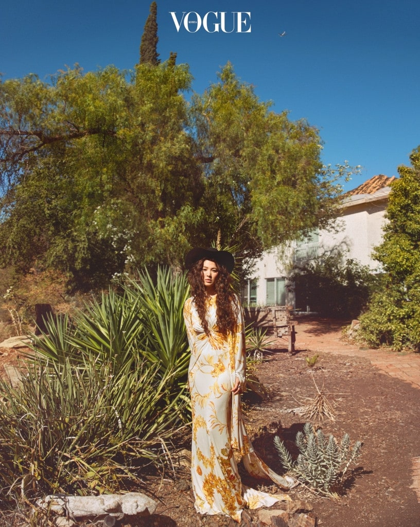 황금빛 잎사귀를 프린트한 롱 드레스와 가운은 샤넬(Chanel), 왼손에 낀 '코코 크러쉬 링'은 샤넬 화인 주얼리(Chanel Fine Jewelry).