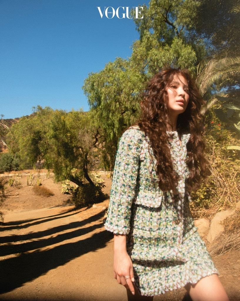 다양한 컬러감으로 직조한 트위드 롱 재킷은 샤넬(Chanel), 오른손에 낀 '코코 크러쉬 링'은 샤넬 화인 주얼리(Chanel Fine Jewelry).