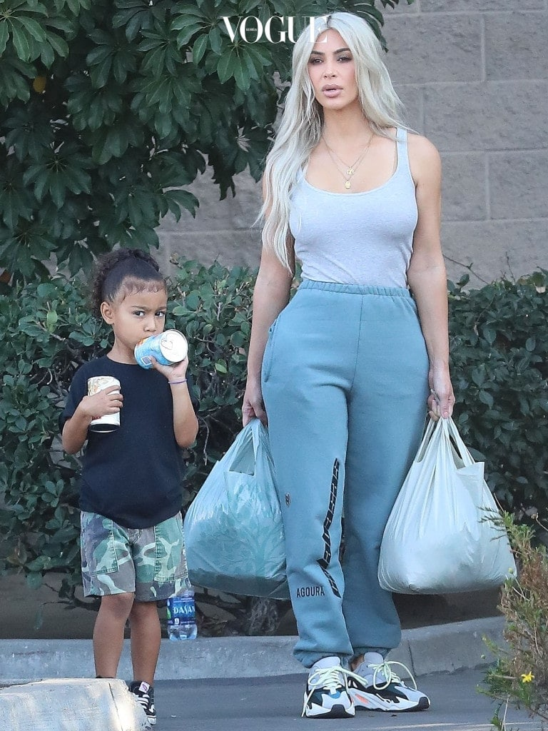 EXCLUSIVE: Kim Kardashian arrives to Deliver food to homeless with North West in Downtown Los Angeles with Kourtney Kardashian and Kids. Pictured: Kim Kardashian Ref: SPL1604985  181017   EXCLUSIVE Picture by: Pap Nation / Splash News Splash News and Pictures Los Angeles:310-821-2666 New York:212-619-2666 London: 870-934-2666 photodesk@splashnews.com