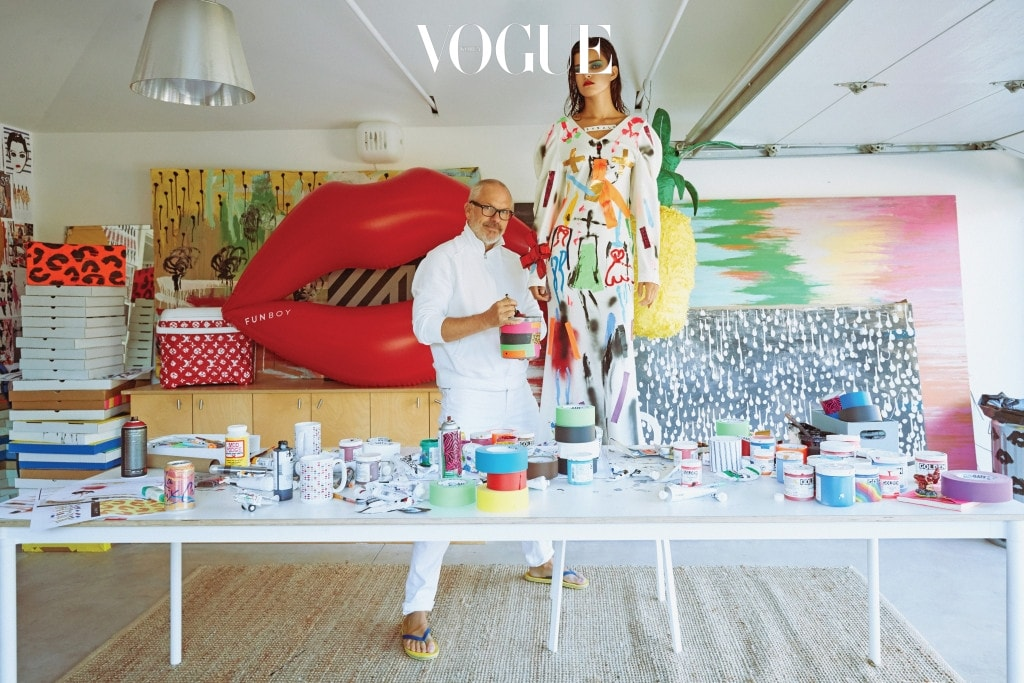 아티스트 도널드 로버트슨이 YCH의 2017 F/W 드레스에 유머러스한 터치를 더했다. 컬러풀한 테이프와 기다란 몸매의 패션 일러스트는 그의 트레이드마크.