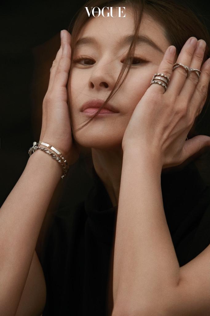 원피스는 닐 바렛(Neil Barrett), 반지는 이자벨라 에뚜(Isabella Etou).