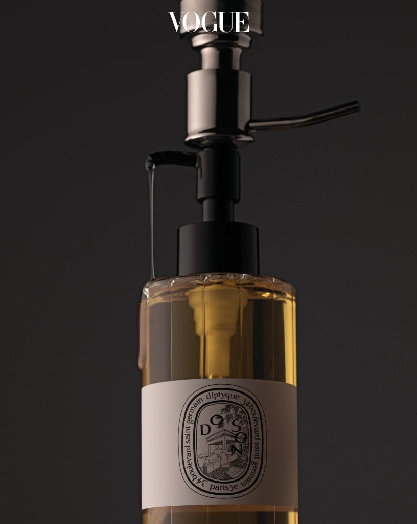 겨울엔 뽀득뽀득 말고 보들보들한 샤워를 즐기자. 딥티크 '도 손 샤워 오일'처럼 영양감이 듬뿍 느껴지는 오일을 함유한 샤워 젤은 촉촉함을 켜켜이 쌓아두기에 가장 좋은 선택이다.