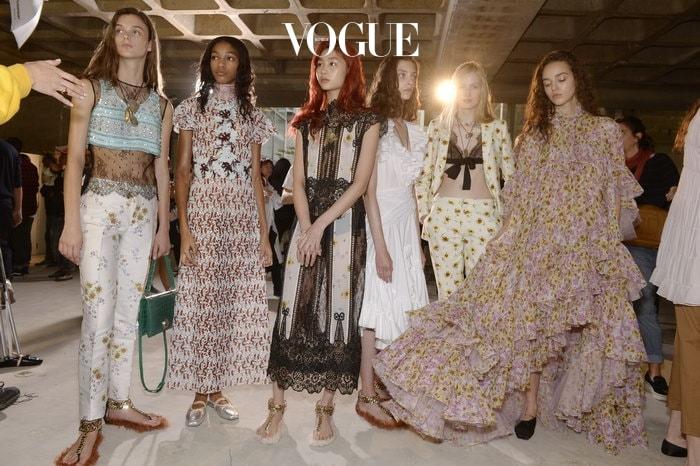 약 한 달 전 진행된 2018 S/S 패션 위크!  컬렉션을 바쁘게 준비하는 백스테이지에서 눈에 띈 건? 불그스름한 컬러를 가진 모델들이 많았다는 것!
