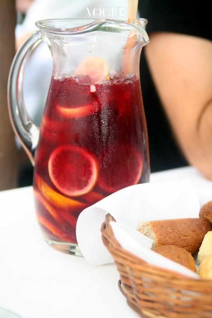 작년 겨울 쯤, 길거리를 휩쓸었던 레드 계열의 컬러가 '마르살라', '마젠타'였다면 올해 트렌드는 좀더 어둡고 성숙해진 와인색, 즉 '상그리아(Sangria)'가 되겠습니다.