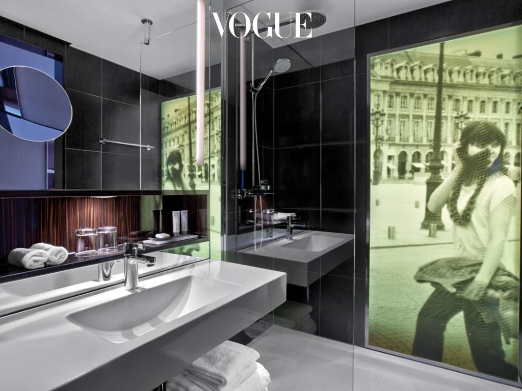 장 필립 누엘이 디자인한 호텔에는 미국의 사진작가 앤지 맥모니갈의 사진 작품을 곳곳에 배치해 모던한 분위기를 연출한다.