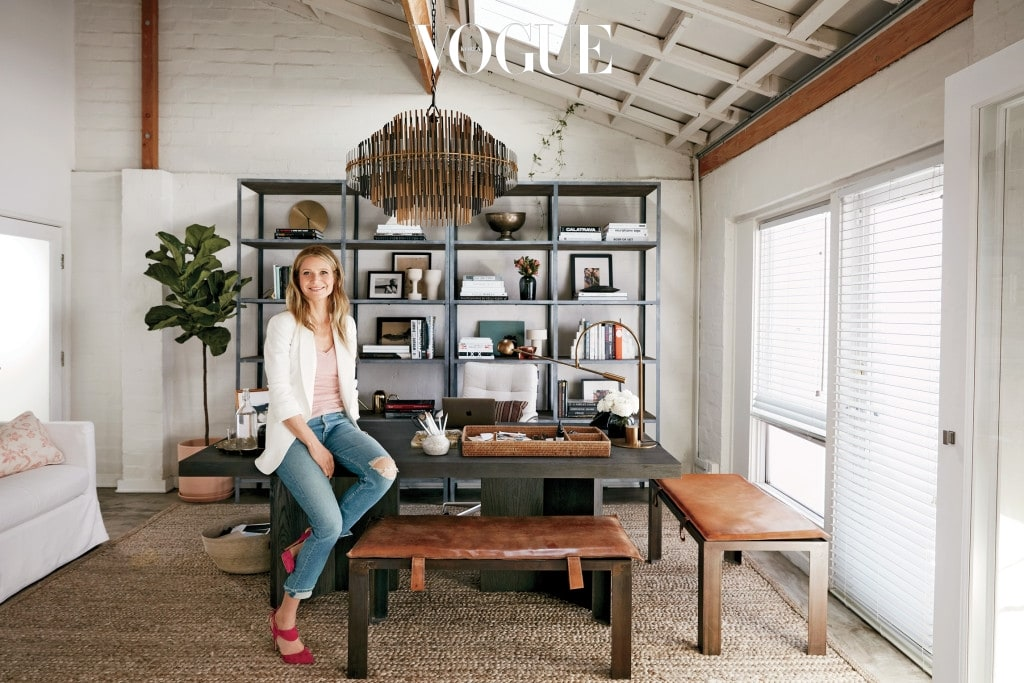 '구프'의 설립자 기네스 팰트로가 RH가 디자인한 자신의 새로운 사무실에서 포즈를 취했다. 셔츠는 프라다(Prada), 블레이저는 구프 레이블(Goop Label), 청바지는 마더(Mother), 슈즈는 니콜라스 커크우드(Nicholas Kirkwood).