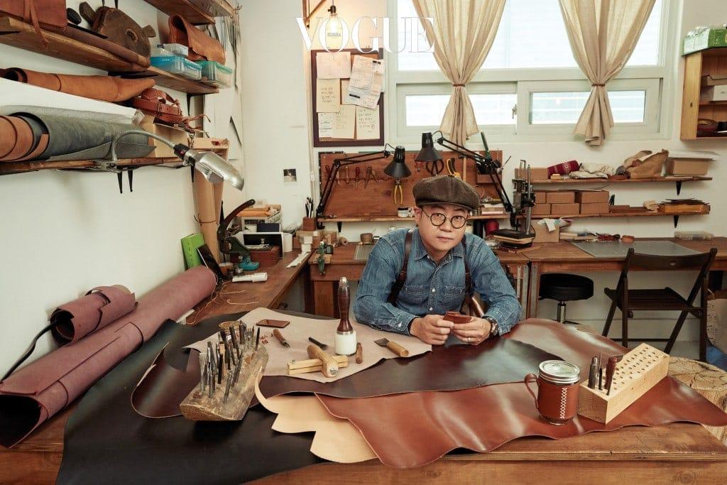 가죽 재료와 제품, 세공 도구가 있는 김민재의 작업실