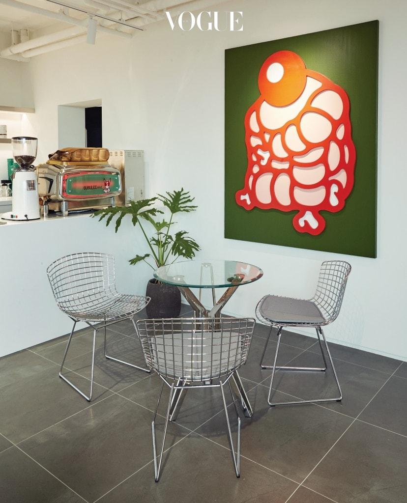 부부리 캐릭터를 완성한 김세동 작가의 작품과 베르토이아(Bertoia) 의자가 자리한 카페.