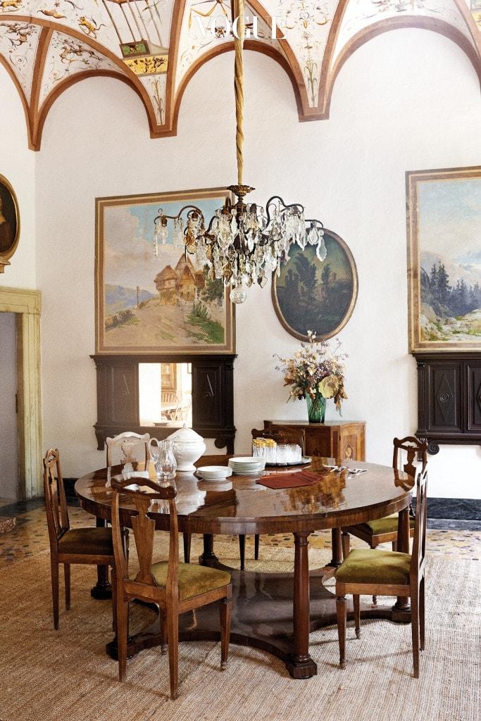 앤티크 프레스코로 장식한 다이닝 룸의 천장, 제국주의 시대 테이블, 19세기 후반 의자, 텁수룩한 카펫, 시대를 알 수 없을 정도로 오래된 그림들. 집의 장식은 마치 오랜 시간에 걸쳐 좋은 취향으로 완성한 것처럼 보인다.