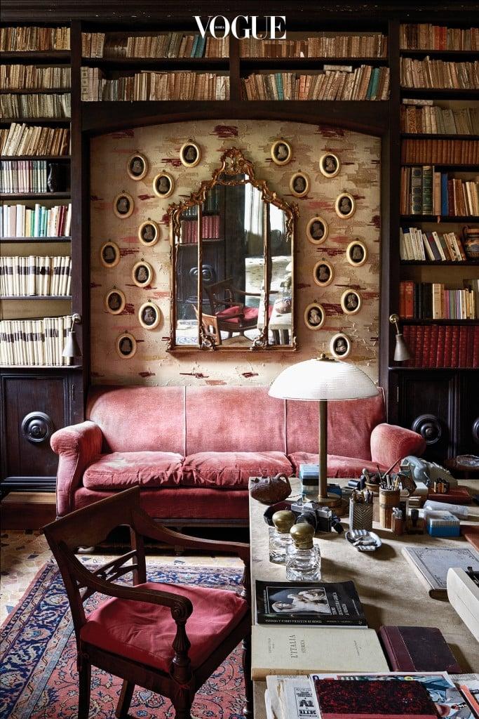 데다르사의 자작나무 껍질 패턴의 실크를 바른 서재의 벽감. 아름다운 카메오 컬렉션과 정교한 거울로 그 안을 채웠다.