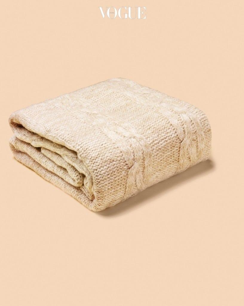 날씨가 쌀쌀해지면 포근한 스로우(덮개)에 눈이 간다. 무릎 덮개로 쓰면 마음까지 포근히 감싸주는 듯한 클래식 케이블 니트 스 로우 크림(Classic Cable Knit Throw Cream)을 마련할 예정이다. 기온이 내려가면 인테리어에 어떤 변화를 줄지 고민을 많이 하는데, 스로우를 소파에 걸치거나 침대에 장식처럼 걸어두는 것만으로도 따뜻한 겨울 분위기를 연출할 수 있다. — 리비에라 메종 이유림 대표