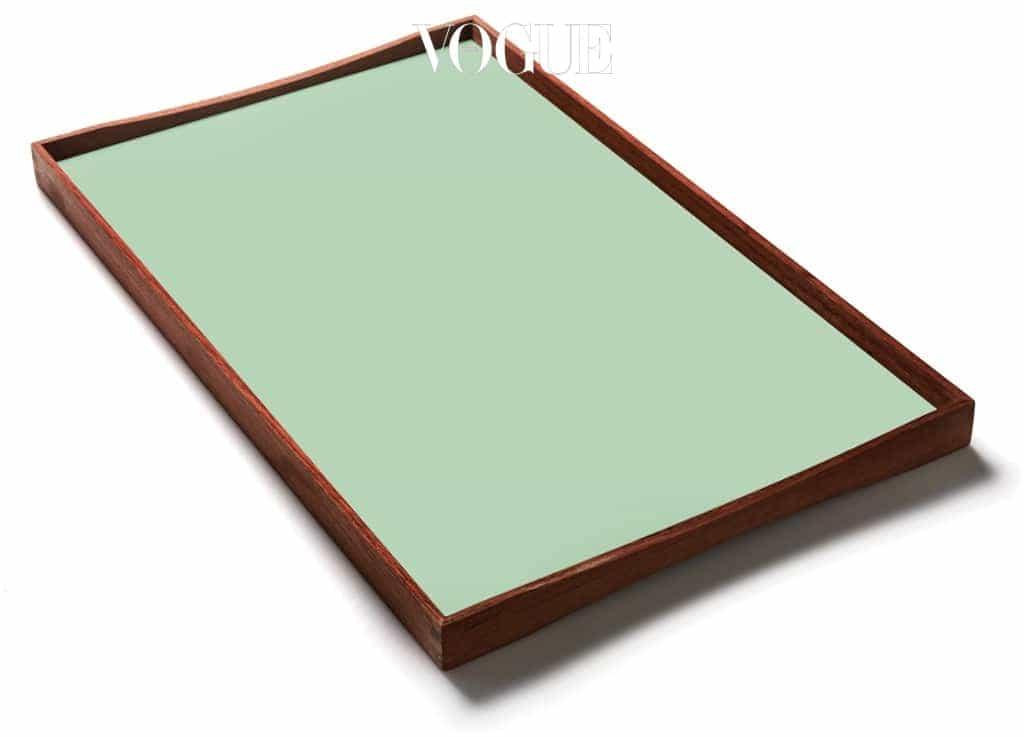핀율(Finn Juhl)이 1956년에 디자인한 '터닝 트레이(Turning Tray)'는 유려한 티크 라인이 아름다워 즐겨 사용한다. 과거와 현재의 어떤 물건도 조화롭게 담아내는 트레이다. 이 작은 물건에서도 시간을 초월한 실용성과 아름다움을 느낄 수 있다. — 덴스크 김효진 대표