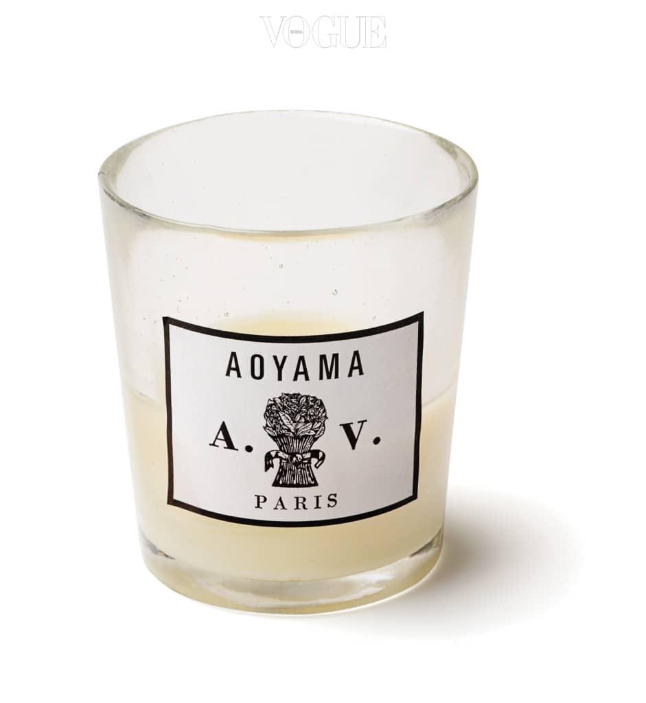 울적할 때마다 기분 전환을 위해 향초를 구입한다. 요즘 가장 좋아하는 향초는 아스티에 드 빌라트(Astier de Villatte)의 '아오야마(Aoyama)' 향이다. 향초를 켤 때마다 이 향기로 가득 차 있던 도쿄의 한 숍이 떠오르며 기분이 좋아진다. 패키지도 기품 있고 아름답다. — 키티버니포니 김진진 대표